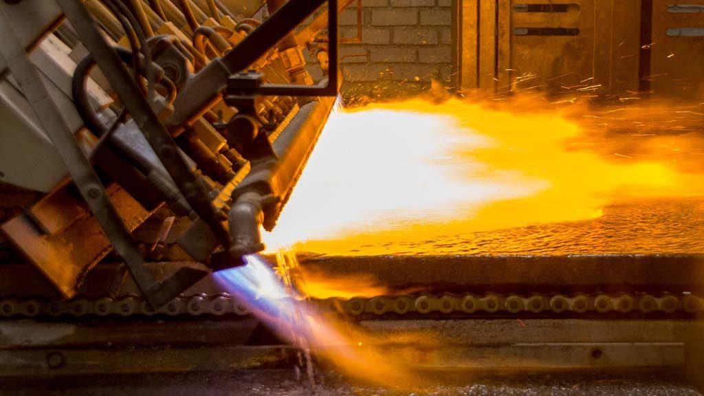 Image showcasing te flamed finishing process of Graniti Tecnica
